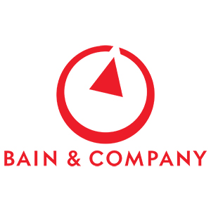 Logo Bain & Company, roter Kreis mit einem Dreieck in Rot welches auf eine offene Stelle im Kreis zeigt. Unter dem Kreis steht Bain & Company in ebenfalls roten Lettern