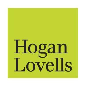 Logo von Hogan Lovells, Schwarze Buchstaben auf Lindgruenem Quadratischem Hintergrund