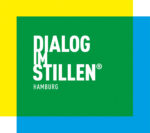 Gelb, Gruen, Und Blaue Flächen übereinander Im Quadrat, Mit Dem DIALOG IM STILLEN Hamburg Schriftzug In Weisser Farbe In Der Mitte