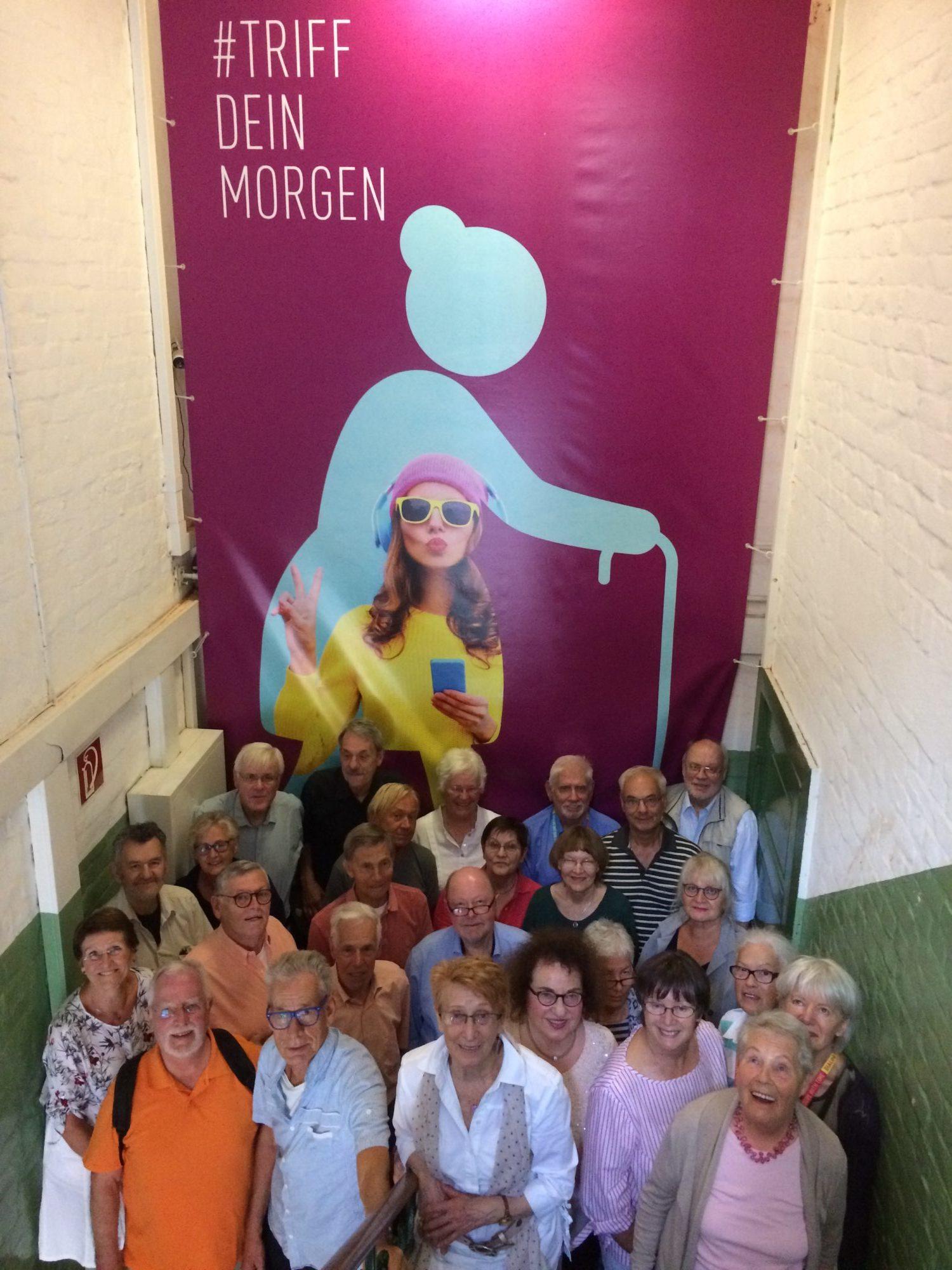 Senioren Guides Mit Motiv Der Ausstellung Dilaog Mit Der Zeit – Triff Dein Morgen – Copyright Dialoghaus