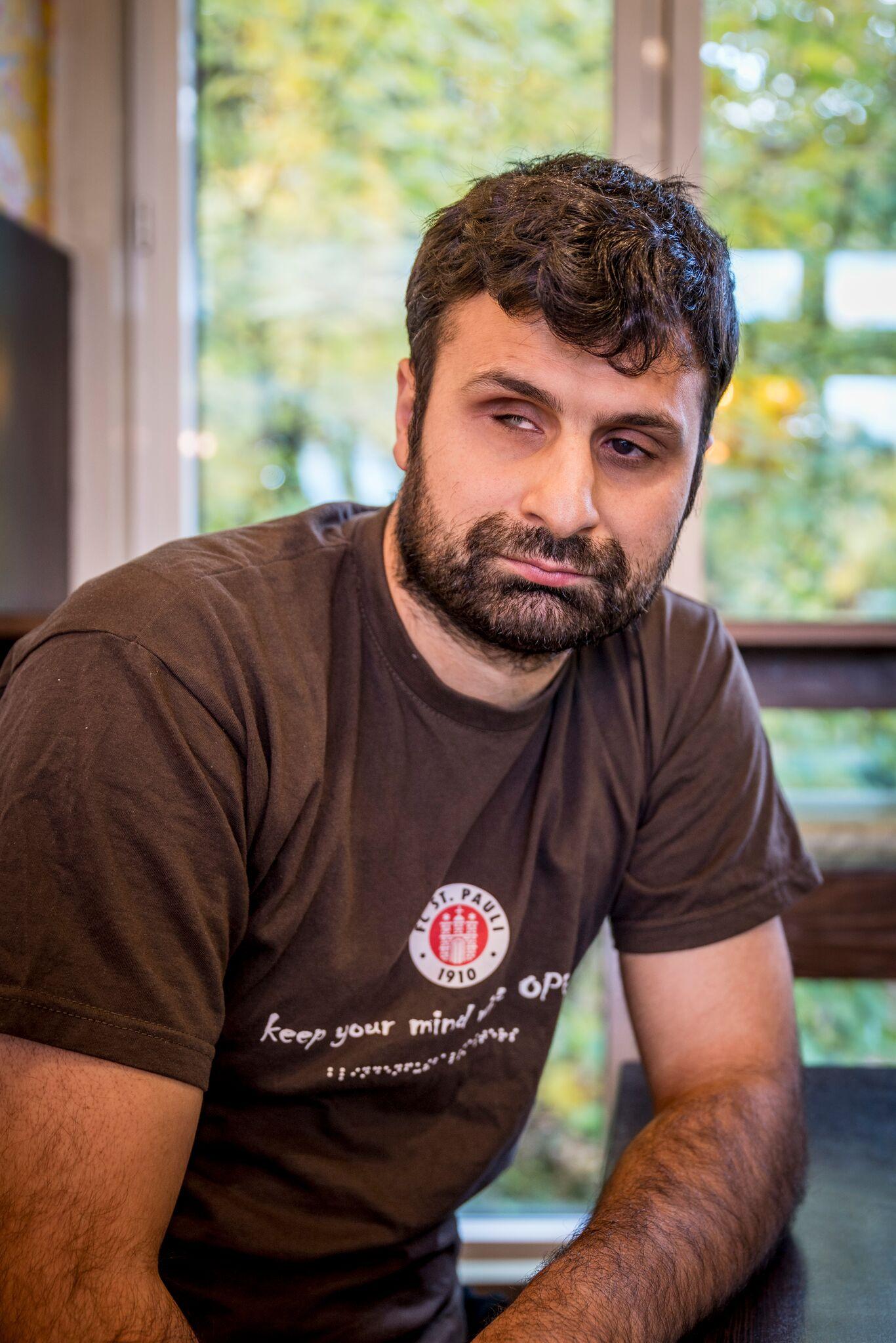 """""""Fußball Ist Für Mich Die Größte Freiheit"""" Sagt Serdal Celebi Und Grüßt Seine Ehemaligen Kollegen Vom Dialog Im Dunkeln"""