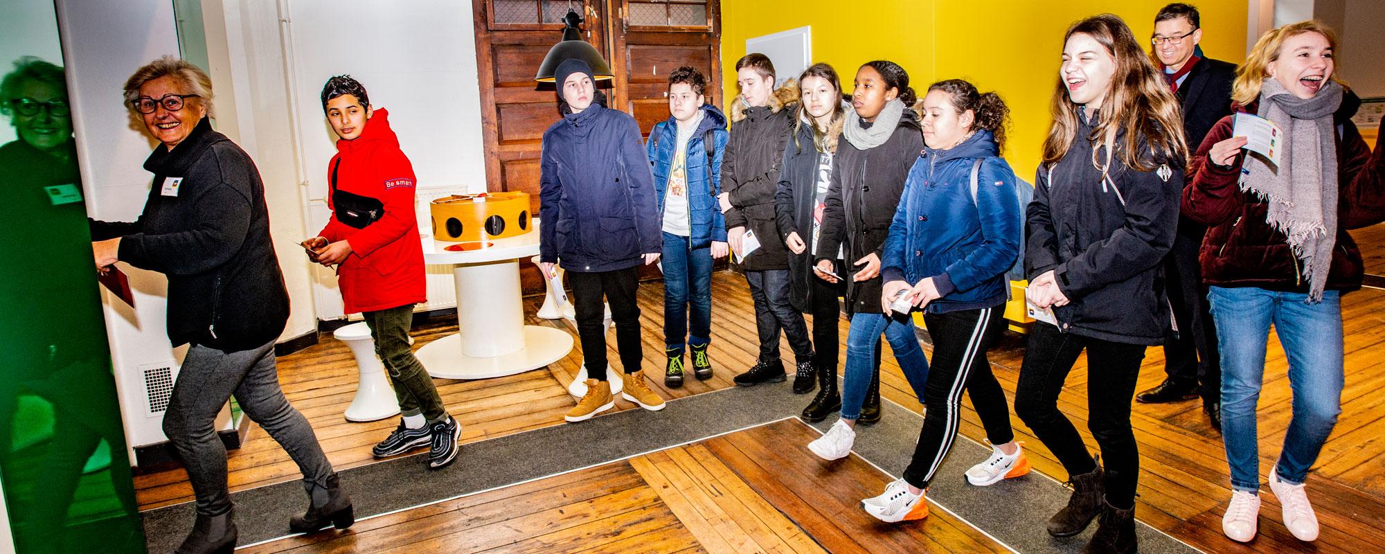 Schulklasse mit Senior Guide Ruth im Foyer Dialoghaus