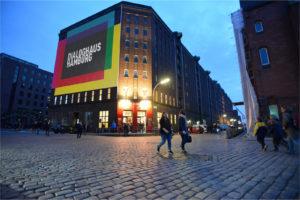Abendansicht Dialoghaus Hamburg mit Montiertem Logo als Banner auf der Hauswand
