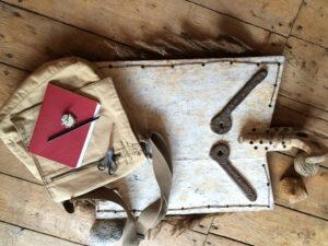 Discovery Tour Ausrüstung Notizbuch, Kompass, Stift, Expeditionstasche und ein mysteriöses Bild